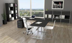verkettbare Schreibtische und anthrazitfarbene Büromöbel