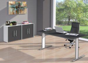 preiswerte Homeoffice-Ausstattung mit Schreibtisch und Aktenschrank