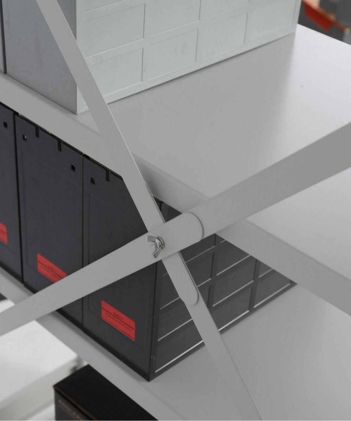 Stahlregal mit Kreuzdiagonale