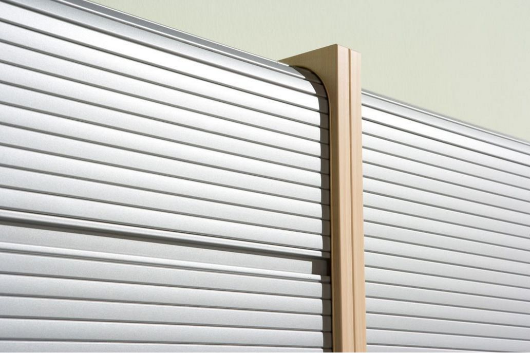 robuster Büroschrank mit abschließbareem Rollladen