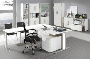 höhenverstellbarer Winkelschreibtisch mit weißen Tischplatten