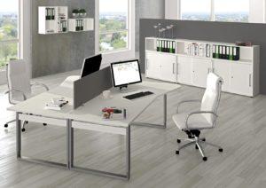 zwei EDV-Schreibtisch mit Sichtschutzwand als Teamarbeitsplatz