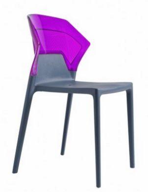 stapelbarer Stuhl mit transparenter blauer Rückenlehne