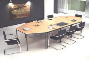 stapelbarer Freischwinger-Polsterstuhl mit erweiterbarem Konferenztisch