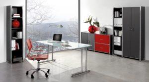 Glasschreibtisch mit anthrazitfarbenen Büroschränken