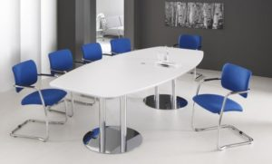 stapelbarer Freischwinger-Konferenzraumstuhl  mit  Konferenztisch