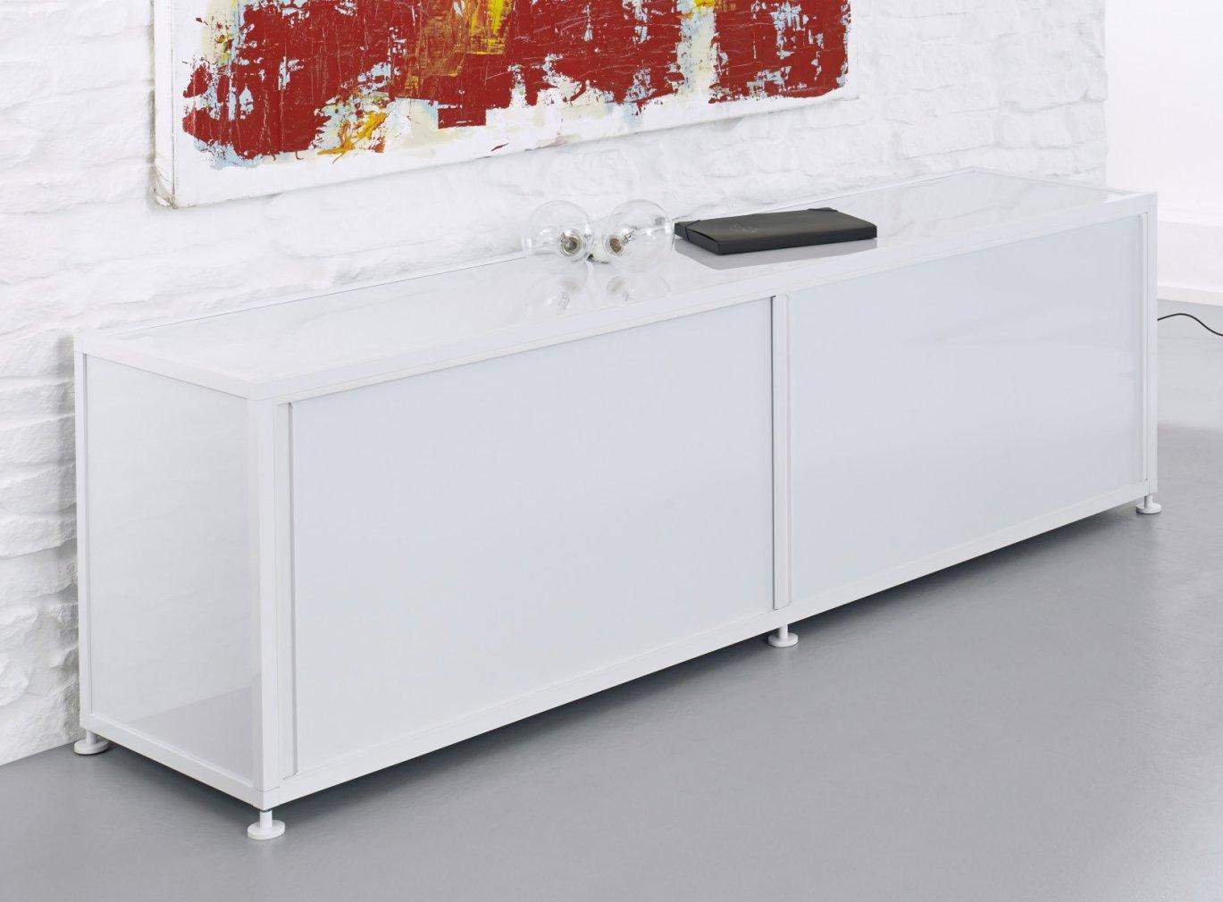 weißes Sideboard mit abschließbaren Schiebetüren