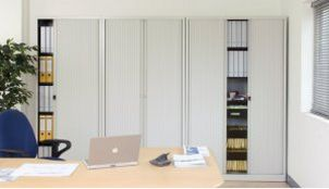 Büro-Stahlschrank mit abschließbaren Rollläden seitlicher einzug
