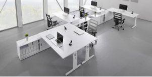 Büro-Teamarbeitsplatz mit Auflagenschreibtisch auf Büroschrank