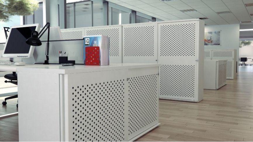 abschließbarer Büro-Stahlschrank mit gelochten Schiebetüren