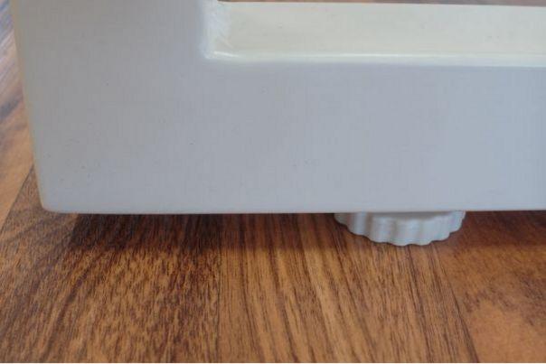 Stahlgestell-Schreibtisch mit Höhenausgleich-Stellfuß