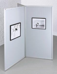 Galerie-Stellwand zur Sternaufstellung mit Hakenleiste für Perlonseile