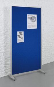 standstabile Pinboard-Stellwand mit blauen Klettbezug